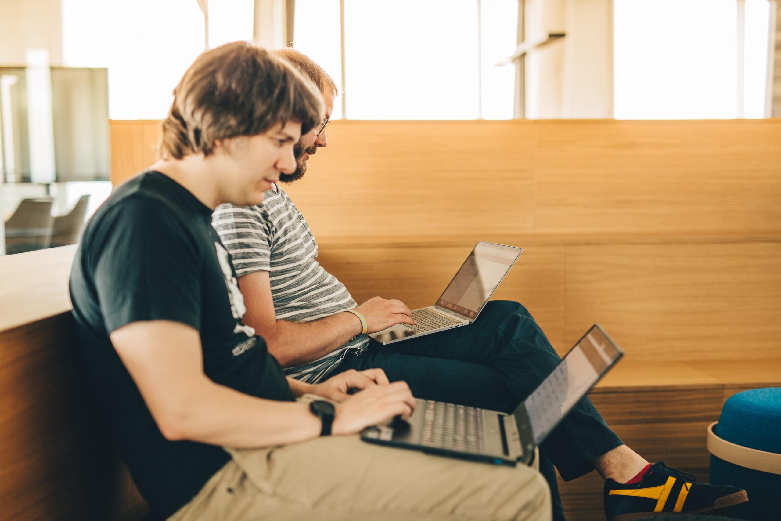 2 Entwickler arbeiten am MacBook