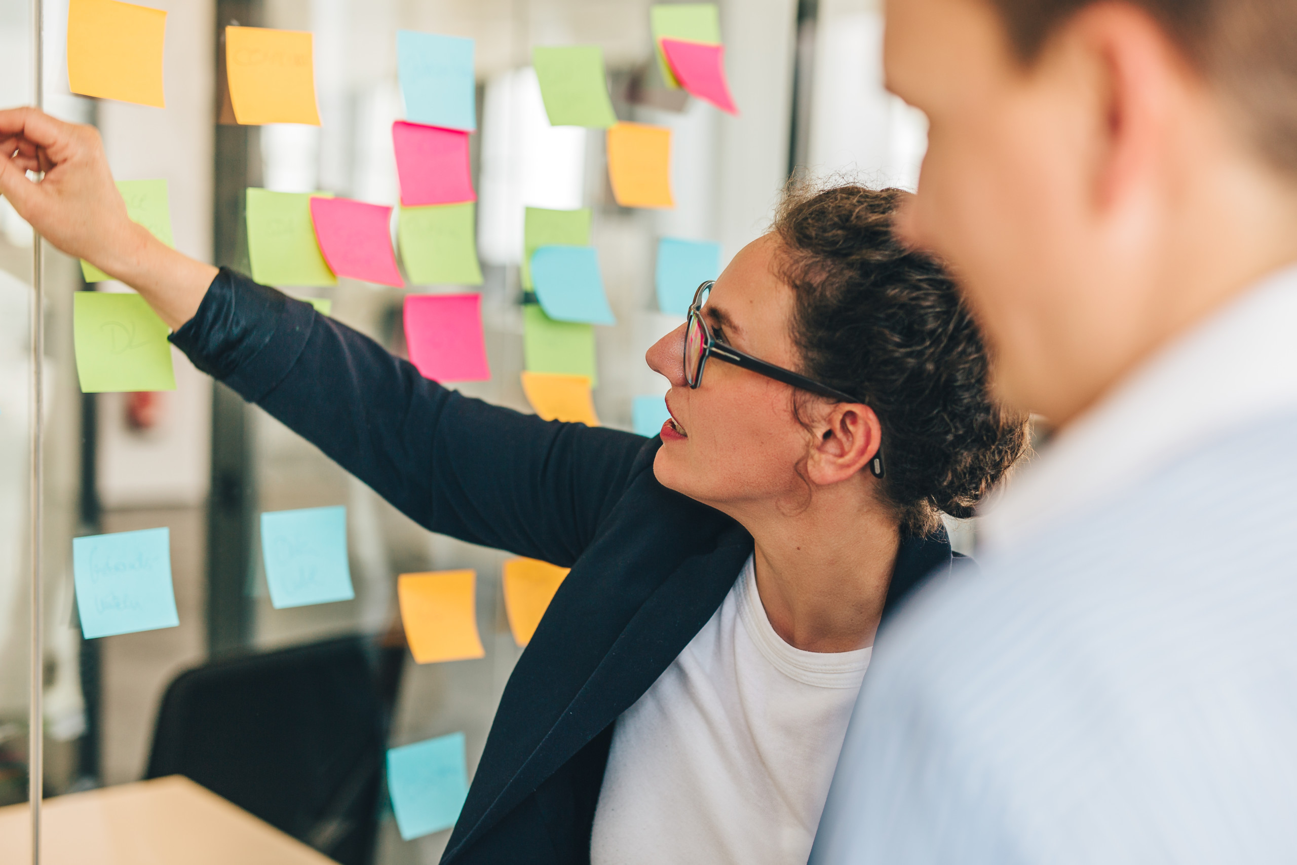 Agiles Arbeiten im Team mit Post it Notes