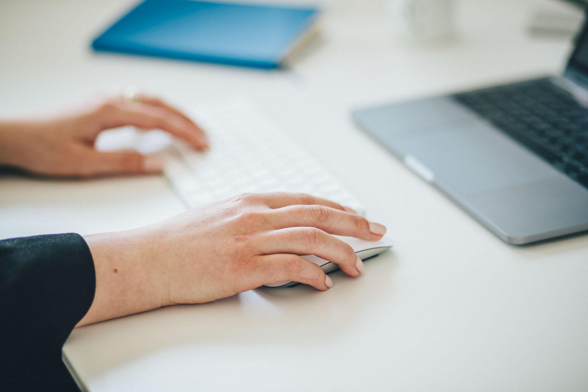 Arbeiten am MacBook mit Tastatur und Maus